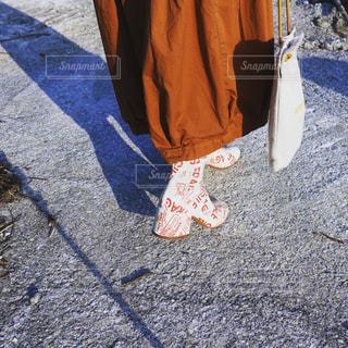 地面に座って荷物のバッグの写真・画像素材[1802868]