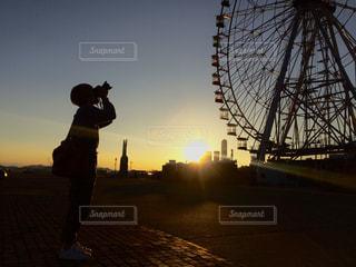 日没の前に立っている人の写真・画像素材[1854476]