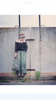 建物の前に立っているの写真・画像素材[2098356]