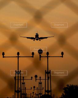 曇り空を飛ぶ大きなジェット旅客機の写真・画像素材[2272641]