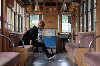 窓の前の椅子に座っている人の写真・画像素材[2826760]