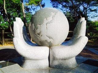 公園,手持ち,人物,ポートレート,地球,モニュメント,ライフスタイル,手元,大きな手,両手,石造