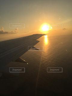 水の体に沈む夕日の写真・画像素材[968829]