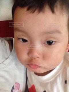 カメラを見て少年の写真・画像素材[927219]
