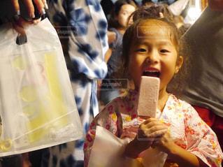 食べ物を食べている小さな女の子の写真・画像素材[2403369]