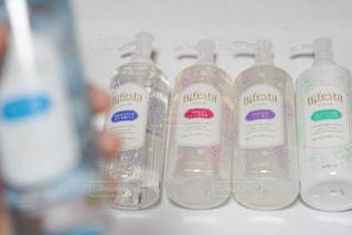 カウンターの上のプラスチック水ボトルの写真・画像素材[718826]