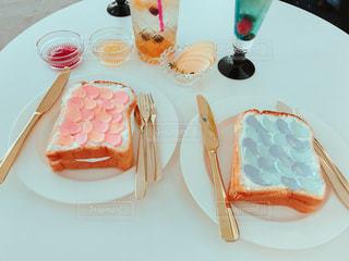 テーブルの上の皿にケーキの写真・画像素材[888785]