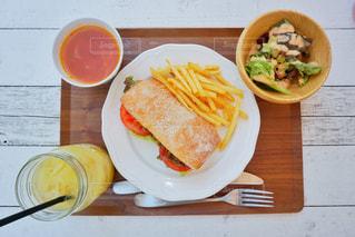 テーブルの上に食べ物のプレートの写真・画像素材[1284367]