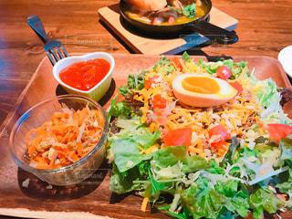 木製テーブルの上に座って食品のボウルの写真・画像素材[1284380]