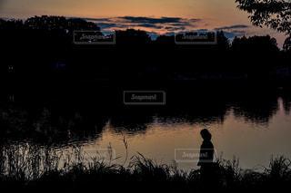 日没の前に立っている男の写真・画像素材[957001]