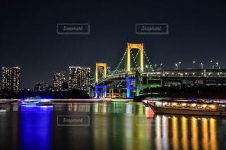 水の体の上の橋の写真・画像素材[1013697]