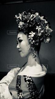 白い花瓶をテーブルの上の女性 - No.824032