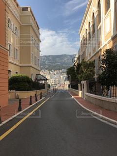 道の端に建物と狭い街の写真・画像素材[1255446]