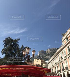 大きな赤い建物の写真・画像素材[1255561]