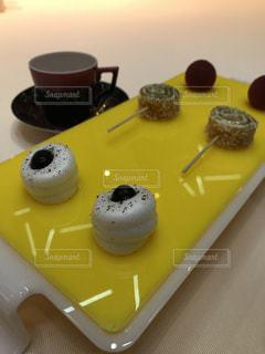 テーブルの上に食べ物のトレイの写真・画像素材[1256012]