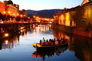 まるで海外、夕日に包まれる小樽運河の写真・画像素材[901838]