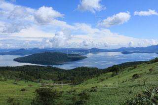 大空と広い湖の写真・画像素材[902265]