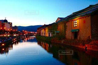 夕暮れ時の小樽運河の写真・画像素材[1244249]