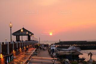 夕日に向かっての写真・画像素材[1251207]