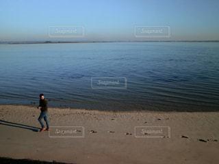 男性,20代,風景,海,空,屋外,青,砂浜,海辺,海岸,足跡,人物,人,フランス,留学,明るい,シック,日中,休暇,跡,ハーフ,フランス人,イタリア人