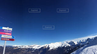 雪覆われた山の中腹にサインの写真・画像素材[1739665]
