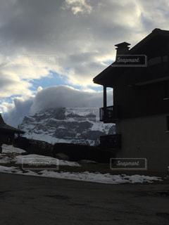 雲に覆われた雪山の写真・画像素材[1741949]