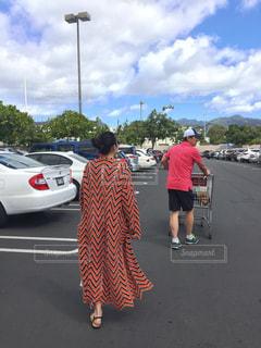 駐車場に立っている人のグループの写真・画像素材[1787315]