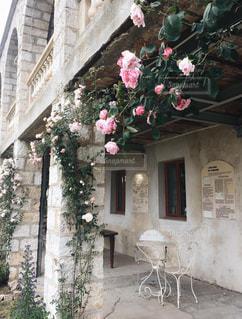 れんが造りの建物の上に花の花瓶の写真・画像素材[1792015]