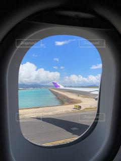 空,海外,ビーチ,青,飛行機,窓,飛ぶ,山,旅行,アーチ,ハワイ,ホノルル,ハワイアン,穴,フライト,ホノルル空港,トラベル,ハワイアン航空,日中,休暇,ビュー