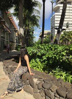 夏,屋外,ビーチ,女の子,少女,樹木,人物,人,旅行,買い物,地面,ハワイ,石,ワイキキ,ホノルル,ハワイアン,ワイキキビーチ,草木,トラベル,日中,休暇,ビュー,縁石