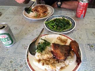 テーブルの上に食べ物のプレートの写真・画像素材[772658]