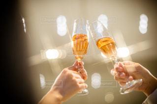 ワインのグラスを持っている人の写真・画像素材[1596760]