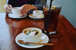 木製のテーブルの上に座ってコーヒー カップの写真・画像素材[1640443]