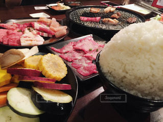 テーブルの上に食べ物のプレートの写真・画像素材[1640459]