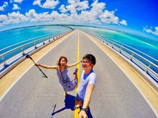 カメラにポーズのビーチに立っている女性 - No.769010