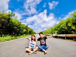 道路の真ん中に座っている少女の写真・画像素材[769097]