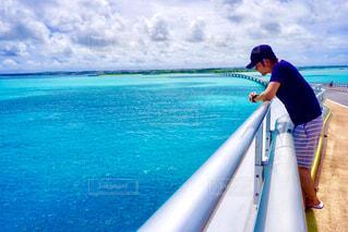 水の体のサーフィン ボードに乗る人の写真・画像素材[896840]