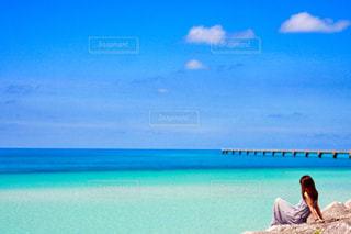 ビーチに座っている人の写真・画像素材[898535]