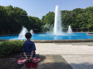 噴水の前での写真・画像素材[1018234]