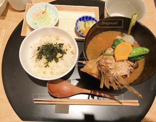 テーブルの上の皿の上に食べ物のボウルの写真・画像素材[737236]