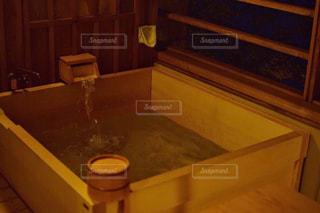 洗面台と鏡付きのバスルームの写真・画像素材[751893]