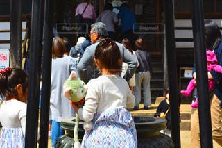群衆の前に立っている人々のグループの写真・画像素材[2141453]