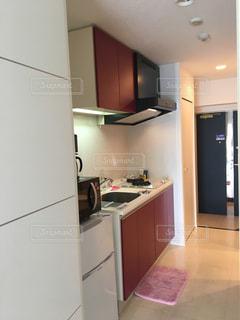 シンク、冷蔵庫付きのキッチンの写真・画像素材[1819813]