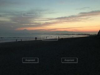 海,夕日,ビーチ,夕焼け,夕暮れ,波,海岸,人物,茅ヶ崎