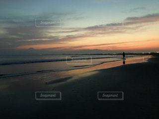 海,空,夕日,ビーチ,夕焼け,夕暮れ,波,海岸,人物,グラデーション,茅ヶ崎