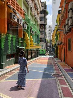 女性,後ろ姿,アート,人物,背中,人,マレーシア,ストリートアート,Malaysia,壁画アート