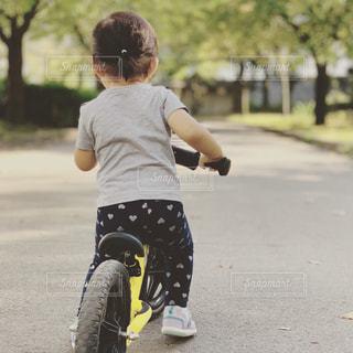 道路の側をスケート ボードに乗って少年の写真・画像素材[1567136]