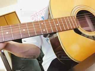 ギターを持っている人の写真・画像素材[803683]