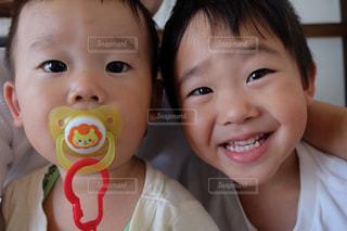 カメラにポーズ赤ちゃんの写真・画像素材[817487]