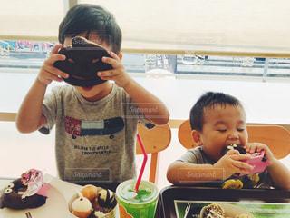 食事のテーブルに座って男の子の写真・画像素材[817488]